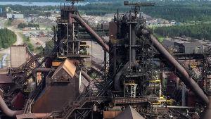SSAB:n Raahen tehtaan kaksi masuunia kuvattuna maasuunien hiili-injektiolaitoksen katolta.