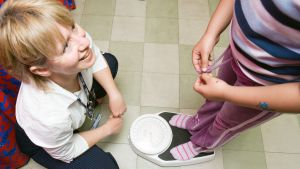 hoitaja ja punnittava lapsi