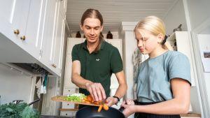 Minttu Laine valmistaa kasvisruokaa isänsä Matias Laineen kanssa.