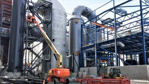 Savukaasujen käsittelylaitteien asennusta Laanilan biovoimalan rakennustyömaalla 2019.