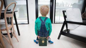 Lapsi istuu lakikirjan päällä.