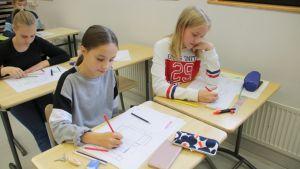 Oppilaat piirtävät