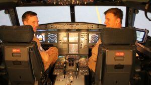 Patria Pilot Training simulaattori Airbus A320, oppilaat Arttu Hillner ja Tom Ågren