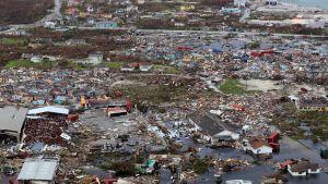 Hurrikaanin aiheuttamia laajoja tuhoja Bahamalla.