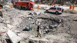 Autopommin räjähdyksen aiheuttama kraateri Green Villagessa Kabulissa 3. syyskuuta.