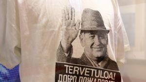 Mihail Gorbatshovin kuva t-paidassa.