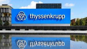 ThyssenKruppin logo pääkonttorin edustalla Essenissä.
