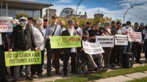 Saksassa asuvat  tšetšeenit vaativat keskiviikkona Berliinissä pidetyssä mielenosoituksessa Saksan hallitusta selvittämään Venäjän yhteys murhaan.