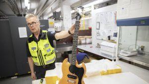 Tullitarkastaja Raimo Nevalainen: Merkkikitara vaikuttaa väärennökseltä. Yli tuhannen arvoinen soitin on lähtenyt kiinalaisesta verkkokaupasta 70 eurolla.