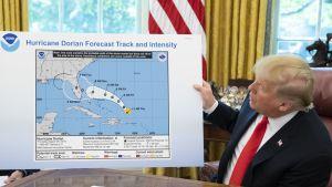 Trump esittelee karttaa, johon on piirretty mustalla tussilla uusi myrskyalue.