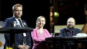 Keskustan puheenjohtajaehdokkaat Antti Kaikkonen, Katri Kulmuni ja Jari Tasanen lavalla keskustan ylimääräisessä puoluekokouksessa Kouvolassa lauantaina 7. syyskuuta.