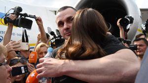 Elokuvaohjaaja Oleg Sentsov halasi tytärtään Kiovan lentokentällä 7. syyskuuta, kun vankien luovutus tapahtui.