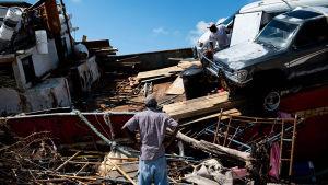 .Ihminen hämmästelee hurrikaani Dorianin tuhoja.