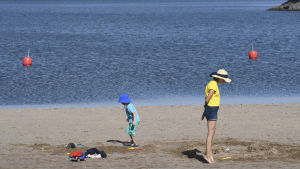 Ihmisiä uimarannalla Bodominjärvellä Espoossa.