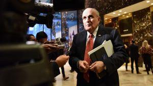 Rudy Giuliani lehdistön ympäröimänä Trump Towerin aulassa marraskuussa 2016.