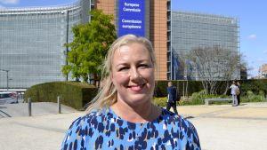 Jutta Urpilainen Euroopan komission päärakennuksen Berlaymontin edustalla Brysselissä tiistaina 10. syyskuuta.