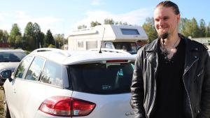 Kemiläinen Joni Hekkanen autonsa vieressä.
