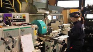 Suvi Paso käyttää metallisorvia Jäärni Metalli Oy:n konepajalla Kemissä.