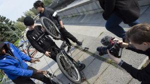 Oululaisnuoret huoltavat polkupyörää