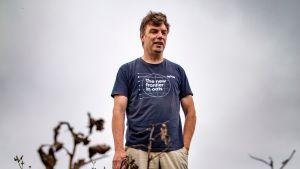 Viljelijä Harri Laine härkäpapupellolla elokuussa 2019.