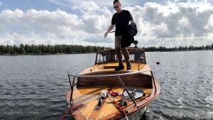Kuvassa Jouni Mustonen veneessä