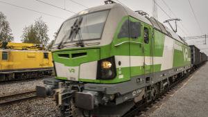 VR juna ajaa ohi