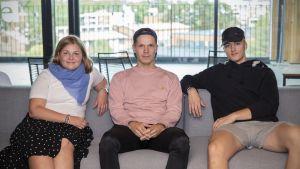 Maria Roozbehan, Aleksi Hintsala ja Esa Hakulinen istuvat sohvalla.
