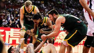 Australian pelaajat juhlivat MM-kisojen ottelussa Ranskaa vastaan.
