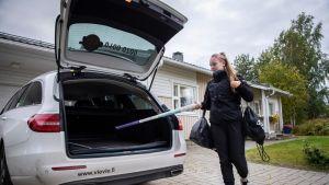 Siiri Väistölä laittaa harjoitusvälineitä autoon matkalla pesis treeneihin.