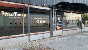 Ravintola Pitkä Tanelin sisäänkäynti.