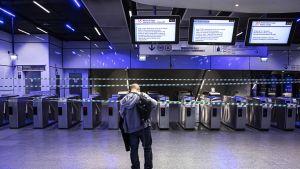 Metroaseman kulkuportit suljettuina Pariisissa.