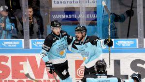 Pelicansin Jarkko Pynnönen ja Juhamatti Aaltonen juhlivat maalia.