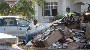 Freeportin kaupungissa Bahamasaarilla selviteltiin hurrikaani Dorianin aiheuttamia tuhoja 8. syyskuuta 2019.