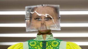 Malli muovilaatikko päässään.