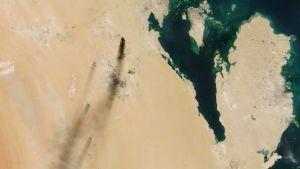 Satelliittikuva Saudi-Arabian itäosassa palavista öljylaitoksista.