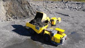 Akkukäyttöisiä kaivoskoneita Kittilän kaivoksella.