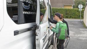 Poika on nousemassa taksiin