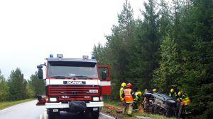 Auto ojassa, pelastuslaitos paikalla.