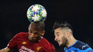 Liverpoolin Fabinho ja Napolin Kostantinos Manolas pallontavoittelussa