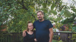 Nina Bredenberg ja Mika Pöyhönen takapihalla.