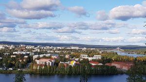Rovaniemen kaupunki Pöyliövaarasta kuvattuna.