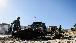 Afganistanin turvallisuusviranomainen tutkii itsemurhapommin paikkaa