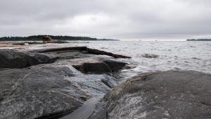 Näkymä rantakallioilta merelle.