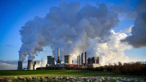 Saksan on määrä luopua rusko- ja kivihiilen käytöstä vuoteen 2038 mennessä osana päästövähennystavoitteita. Ruskohiilivoimala kuvattuna Saksan Bergheimissä vuonna 2018.