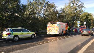 Auton alle jäänyttä pyöräilijää hoivataan Tampereen Epilässä. Paloauto, ensihoitoyksikkö, ambulanssi.