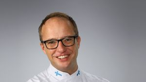 Saimaan ammattiopisto Sampon konditoria-alan lehtori Markku Vengasaho hymyilee kuvassa.