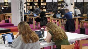 Opiskelijoita Aalto-yliopiston Harald Herlin -oppimiskeskuksessa Otaniemessä.