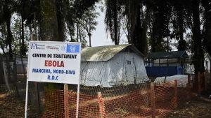 Ebolakeskuksen rakennuksia.