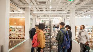 Aasialaisia turisteja parveilee vintage-hyllyillä.