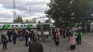 Junamatkustajat odottavat korvaavaa bussikuljetusta Lappeenrannan matkakeskuksessa 23.9.2019.